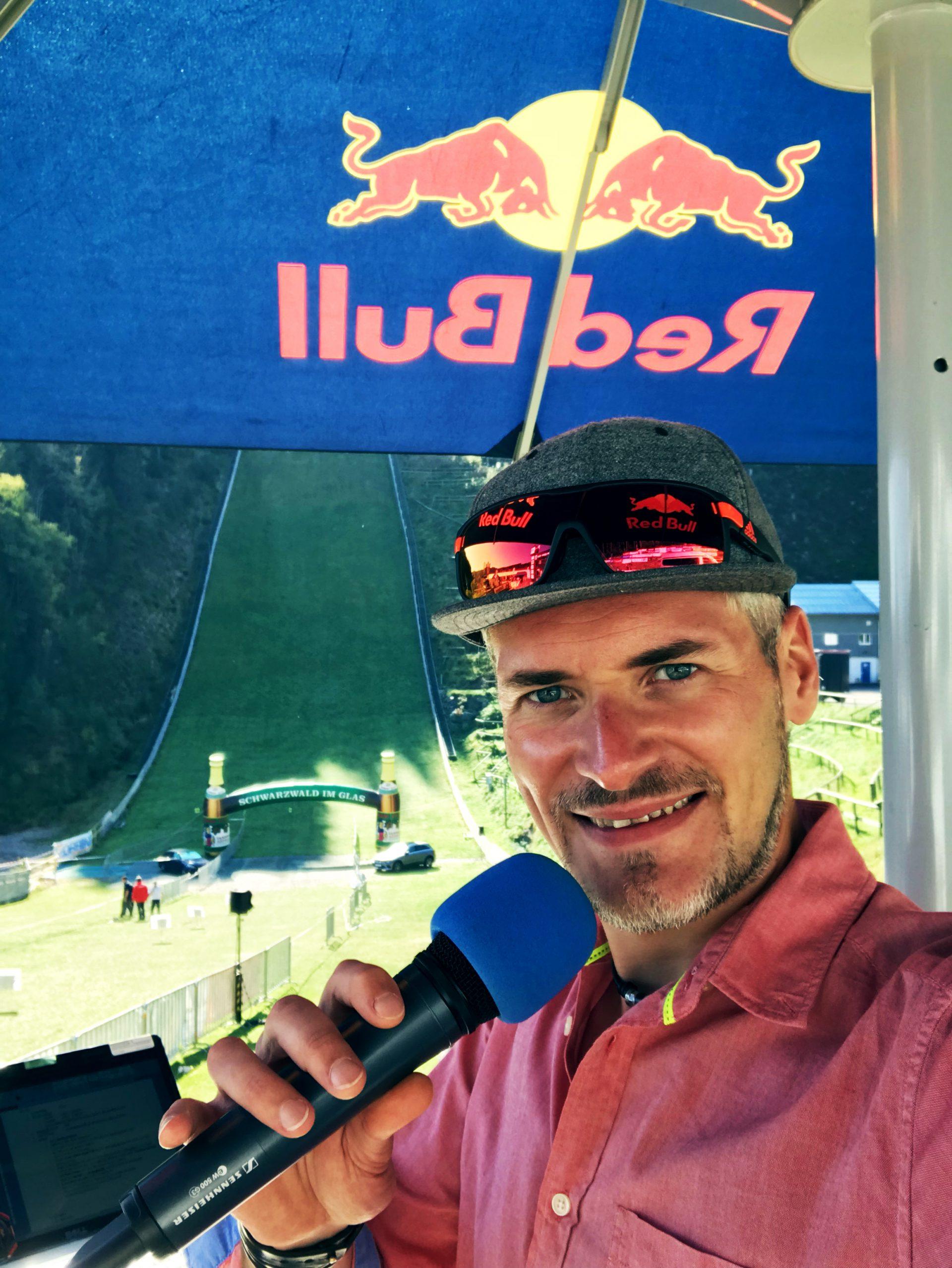 Was wie man für Stimmung sorgt: Stefan Lubowitzki ist Eventjockey des Trail Heros 2018. Er kombiniert Eventmoderator und Diskjockey zu Eventjockey. Das ist einzigartig!