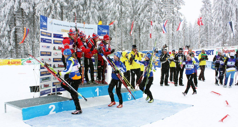 Eine ganze Woche lang moderiert Stadionsprecher Stefan lubowitzki die nordischen Junioren-Weltmeisterschaften auf dem Notschrei. Hier die Siegerehrung der Mannschaftswertung