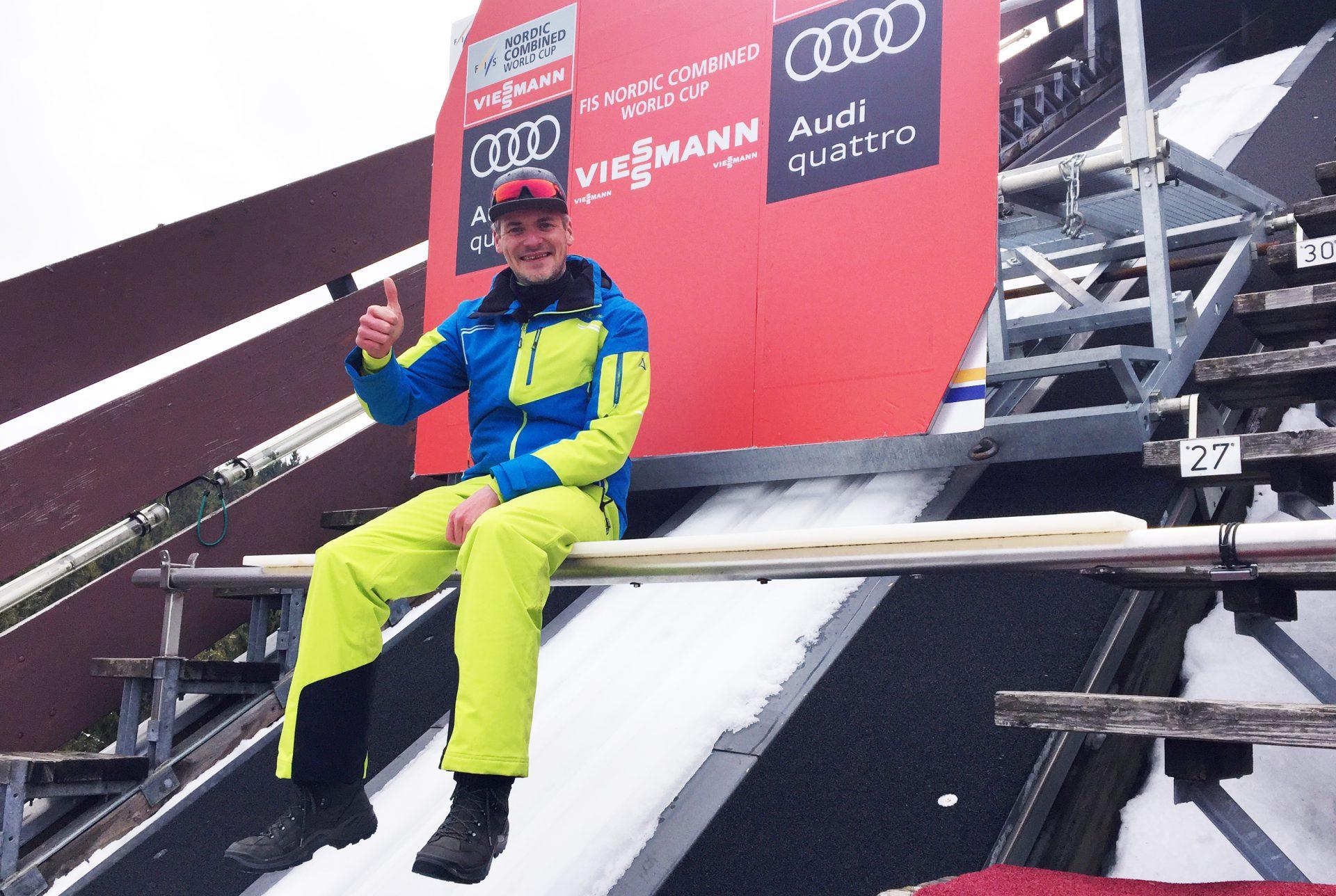 Stefan Lubowitzki ist Moderator beim Weltcup in Schonach. Hier sitzt er auf dem Balken der Langenwaldschanze.