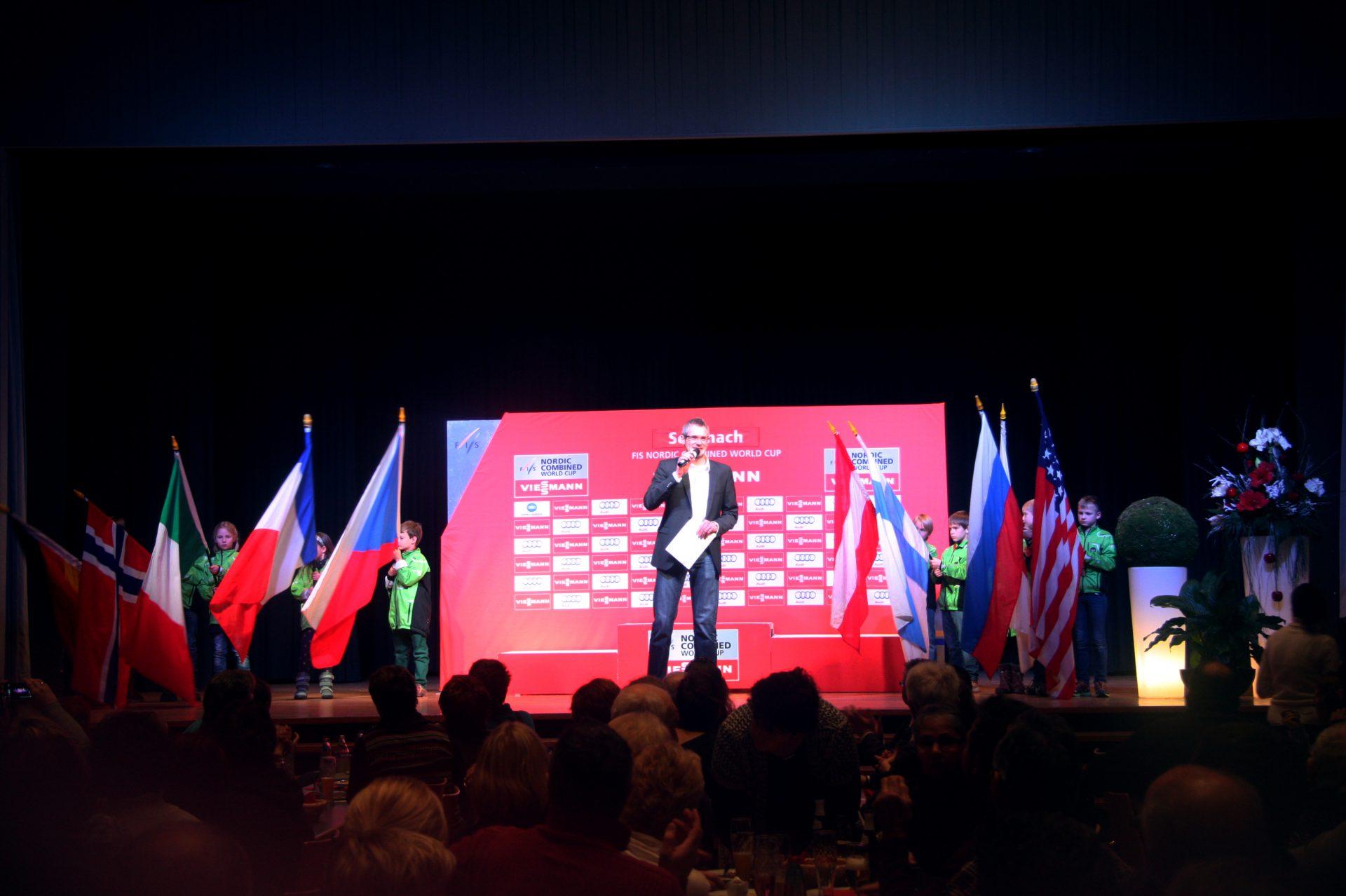 2015 moderierte Stefan Lubowitzki die Siegerehrung des Weltcup Nordische Kombination in Schonach