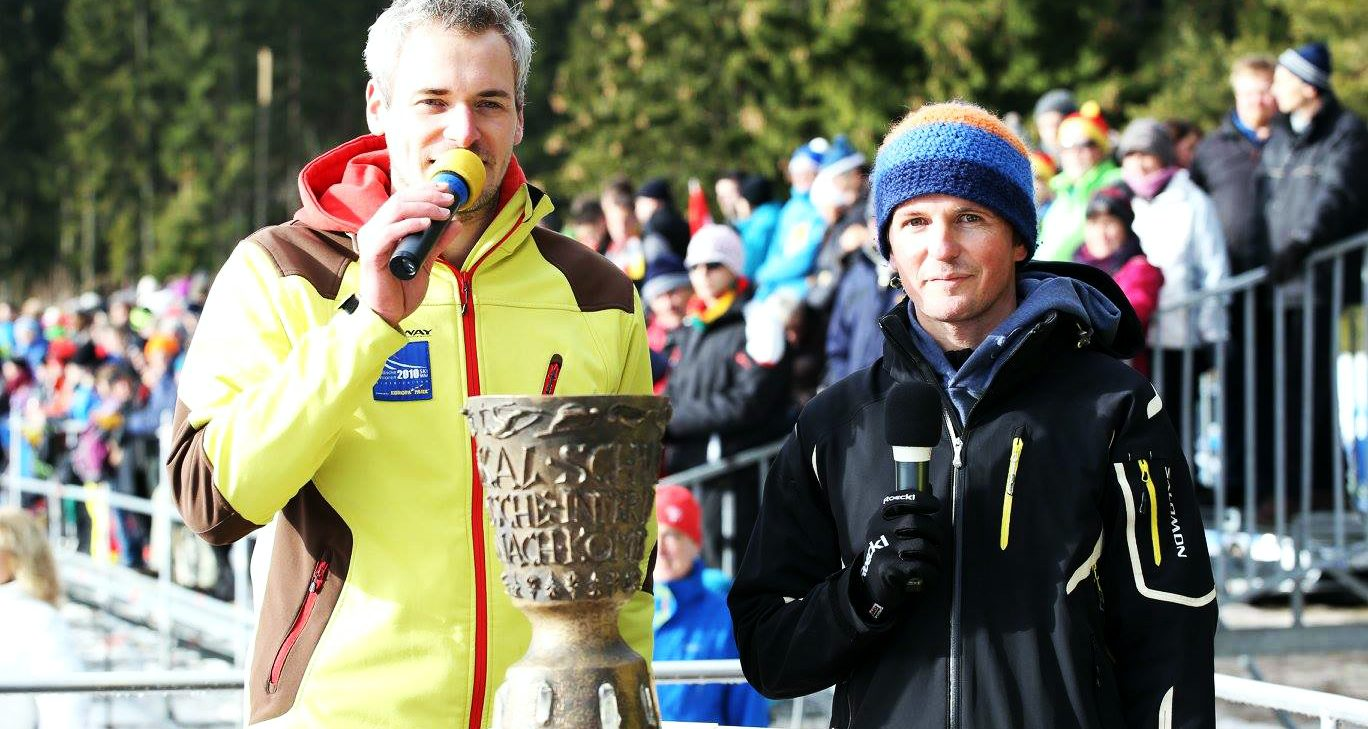 Sportmoderator Stefan Lubowitzki hat den Olympiasieger Georg Hettich bei sich. Beide haben sie den legendären Schwarzwaldpokal vor sich.